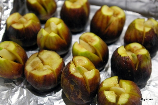 Figs stuffed with garlic